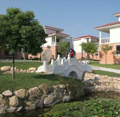 伴海山庄别墅区座落于山海天省级旅游度假区的中心地带,背依卧龙