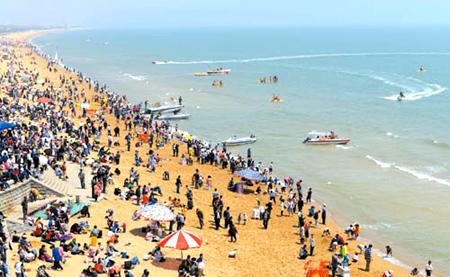 5月3日,山东省日照市万平口海滨旅游风景区海边游人如织.
